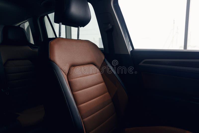 Interior de cuero del coche Tablero de instrumentos iluminado coche moderno foto de archivo