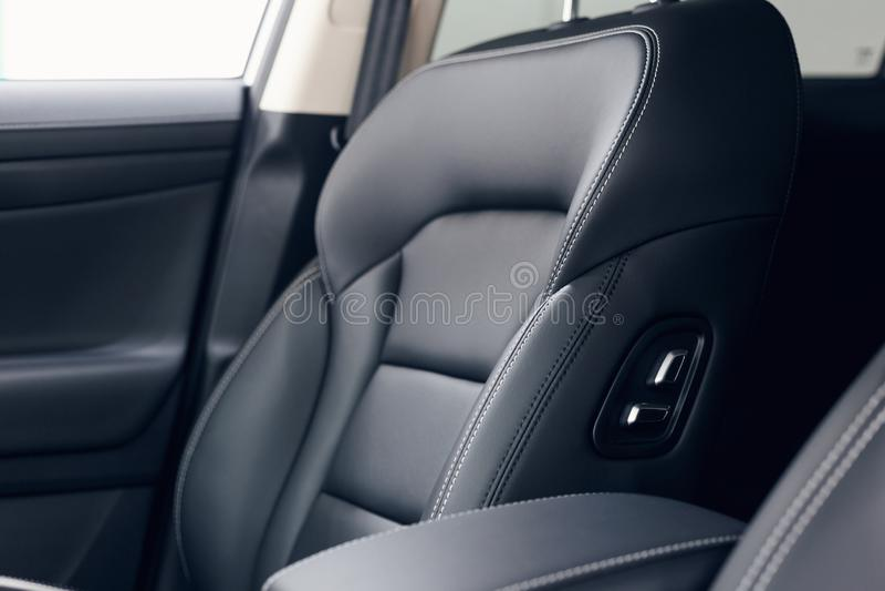 Interior de cuero del coche Tablero de instrumentos iluminado coche moderno Racimo lujoso del instrumento del coche imagenes de archivo