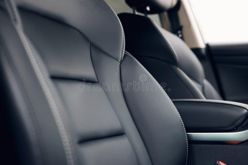 Interior de cuero del coche Tablero de instrumentos iluminado coche moderno Racimo lujoso del instrumento del coche foto de archivo