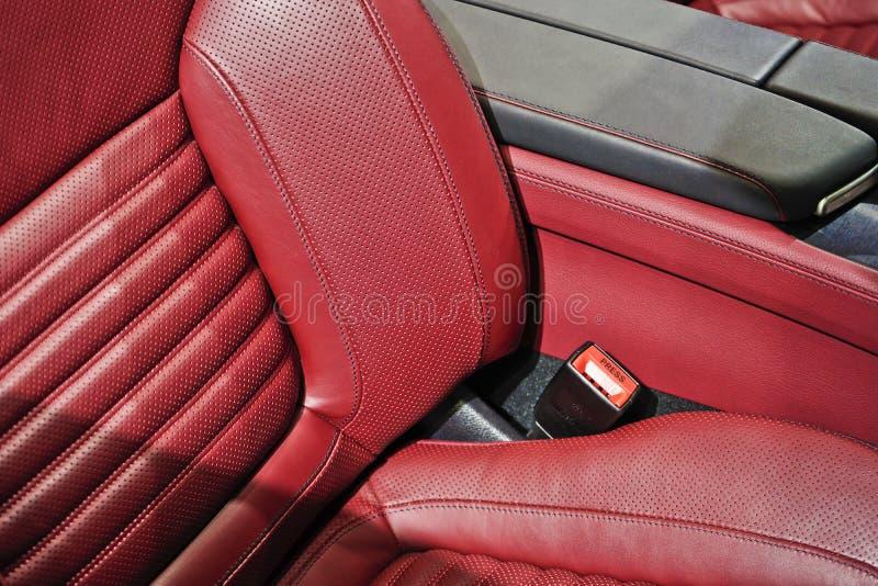 Interior de cuero rojo en coche deportivo foto de archivo