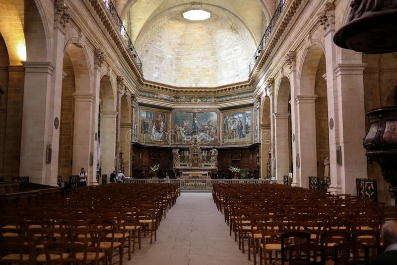 Interior de Eglise Notre Dame, departamento do Bordéus, Gironda, França foto de stock