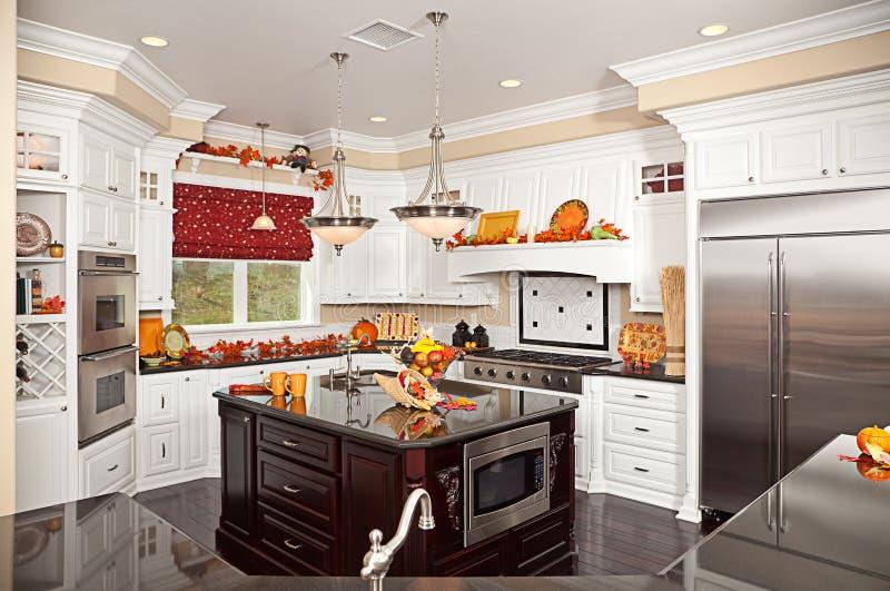 Interior de encargo hermoso de la cocina fotos de archivo
