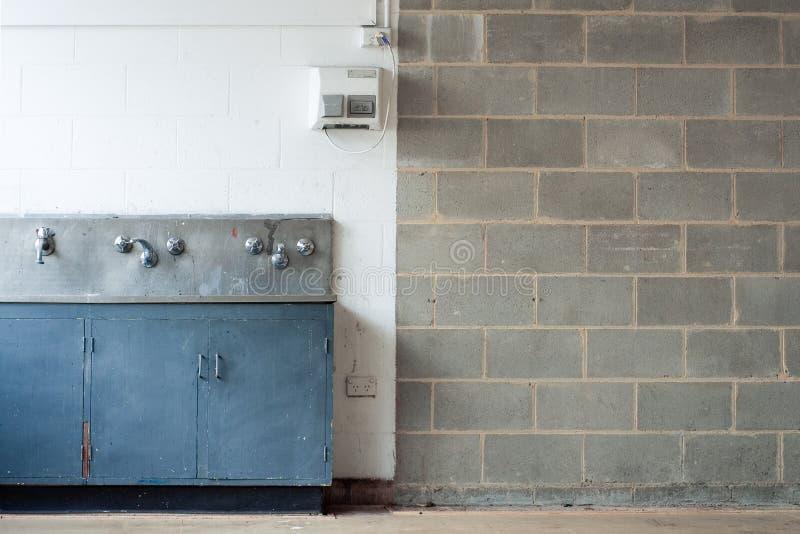 Interior de Grunge con la pared y el canal que se lava imagen de archivo