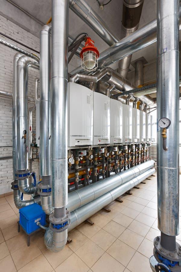 Interior de industrial, casa de caldeira do gás com muitas caldeiras a foto de stock