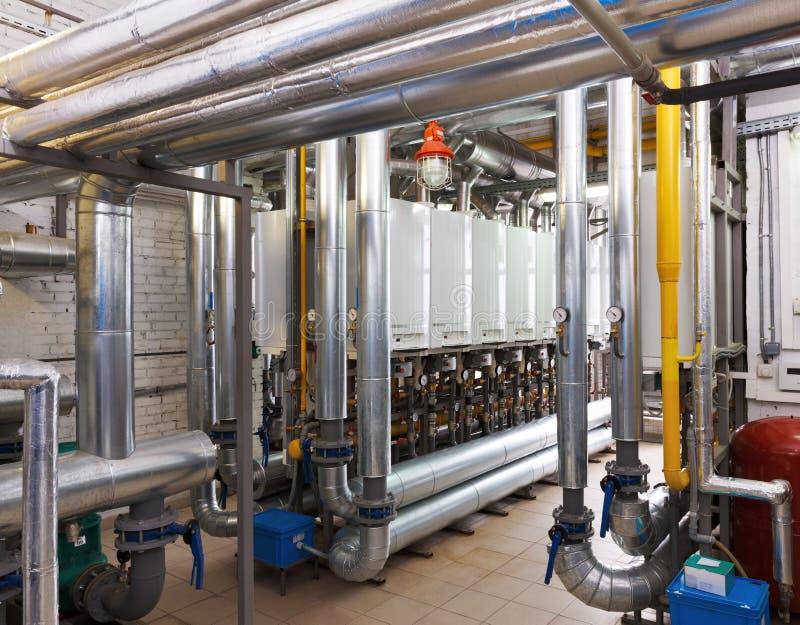 Interior de industrial, sala de calderas de gas con muchas calderas a foto de archivo libre de regalías