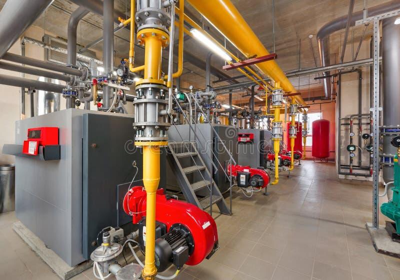 Interior de industrial, sitio de caldera de gas con las calderas; bombas; sensores y una variedad de tuberías imagen de archivo