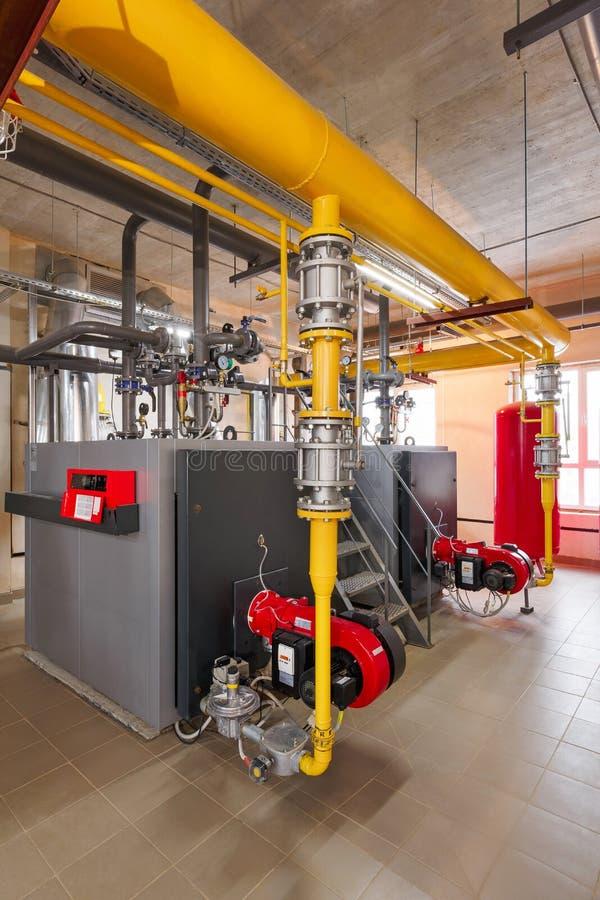 Interior de industrial, sitio de caldera de gas con las calderas; bombas; sensores y una variedad de tuberías fotografía de archivo libre de regalías