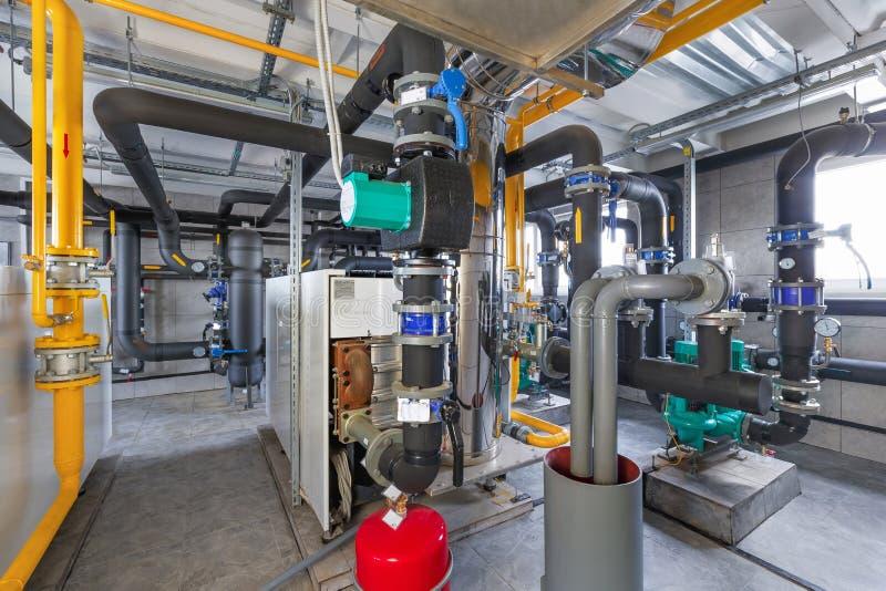Interior de industrial, sitio de caldera de gas con las calderas; bombas; sensores y una variedad de tuberías fotos de archivo libres de regalías