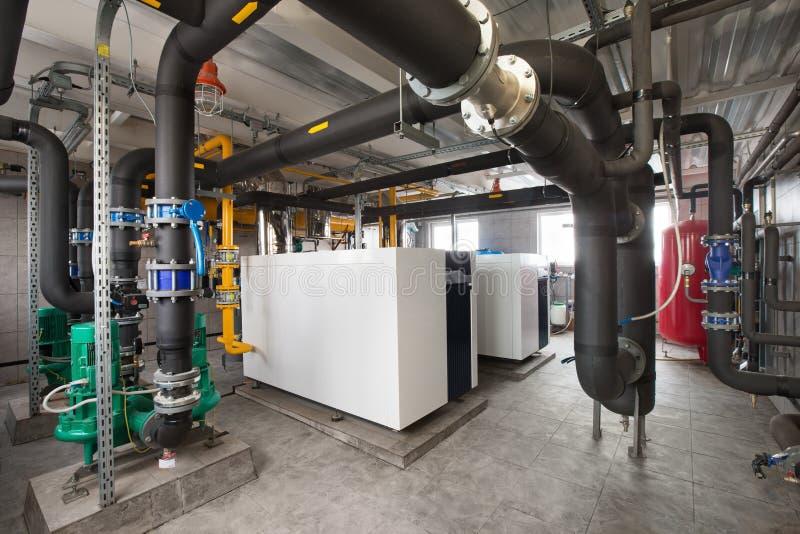 Interior de industrial, sitio de caldera de gas con las calderas; bombas; sensores y una variedad de tuberías foto de archivo