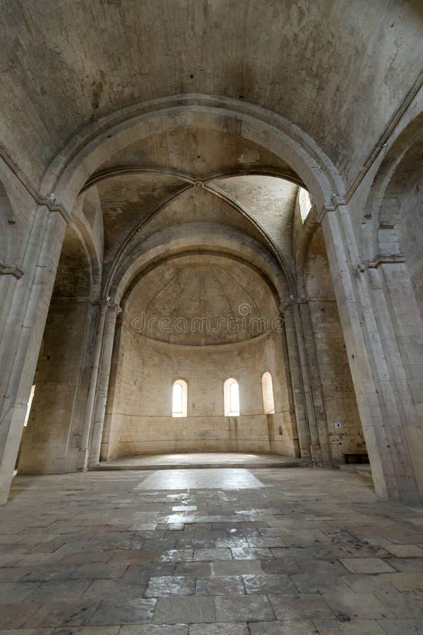 Interior de la abadía de San Pedro en Montmajour cerca de Arles, fotografía de archivo libre de regalías