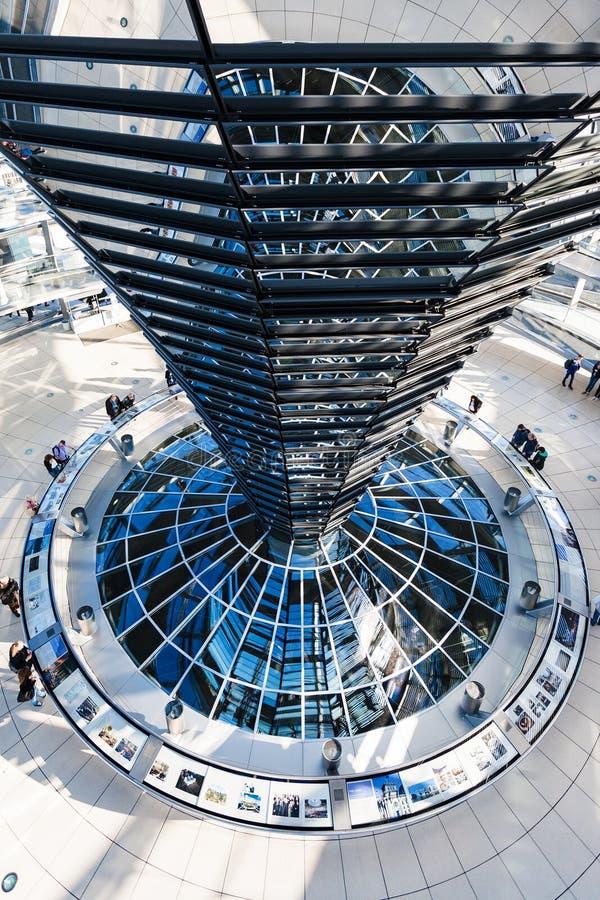 Interior de la bóveda de Reichstag en la ciudad de Berlín fotos de archivo