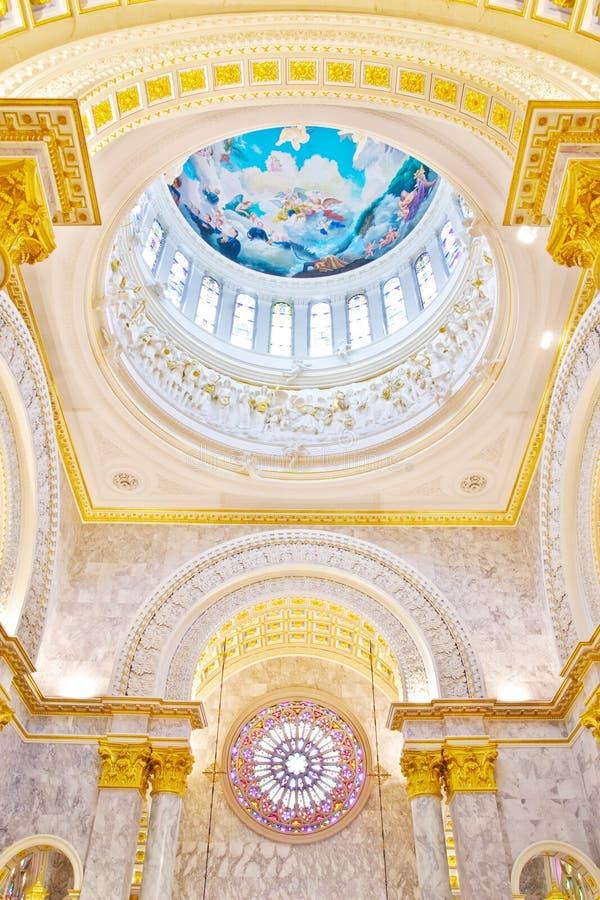 Interior de la bóveda una iglesia católica fotos de archivo libres de regalías