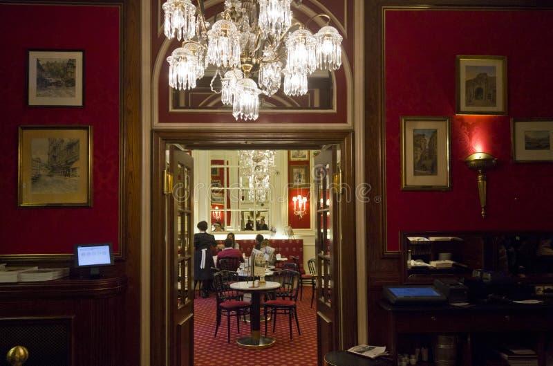 Interior de la barra de hotel famosa de Sacher fotos de archivo