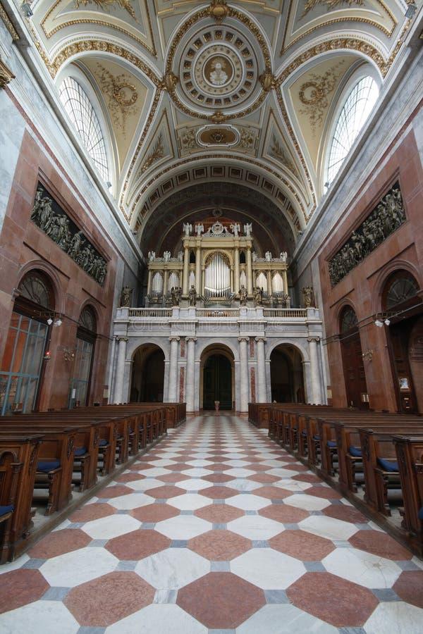 Interior de la basílica de Esztergom: cubo, sillas y órgano fotos de archivo