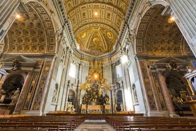 Interior de la basílica de San Pedro en Vatican fotografía de archivo