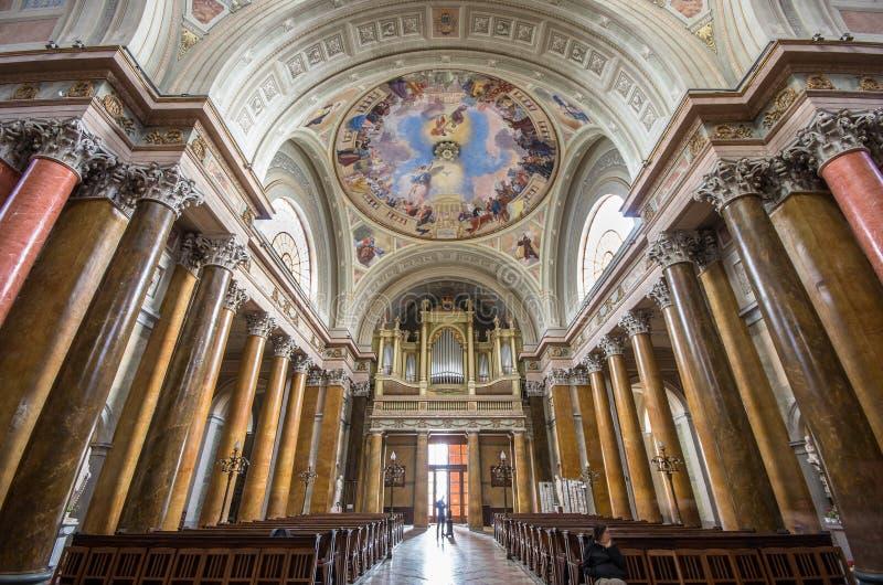 Interior de la basílica de St John, Eger, Hungría imagenes de archivo