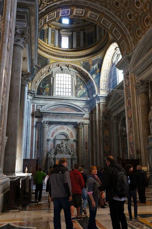 Interior de la basílica del S. Pedro imagenes de archivo
