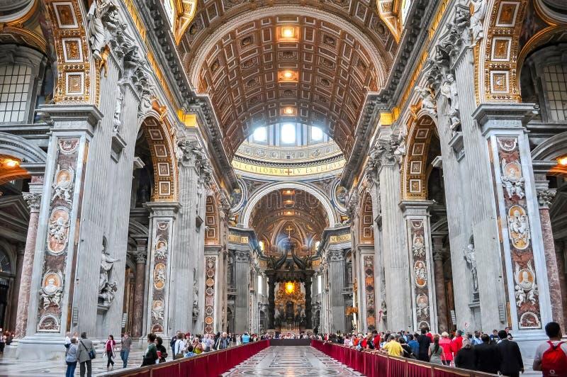 Interior de la basílica de San Pedro en Vaticano imagen de archivo