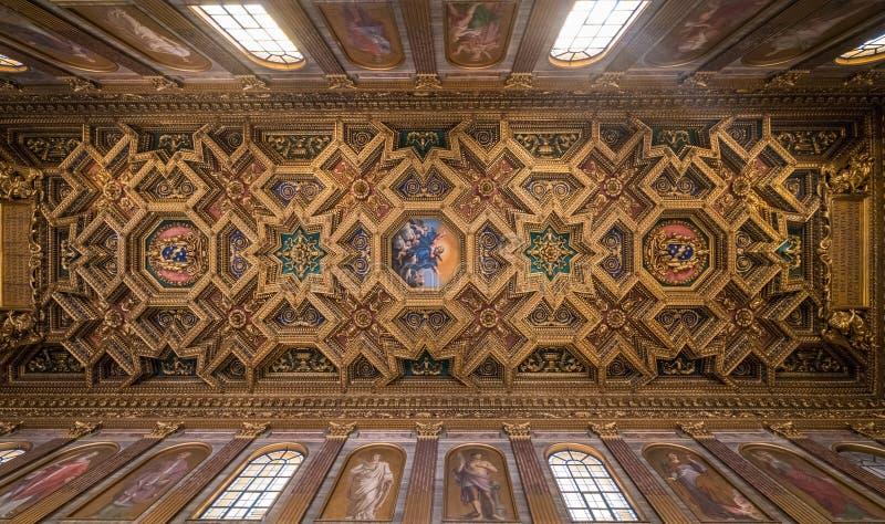 Interior de la basílica de St Mary en Trastevere fotografía de archivo