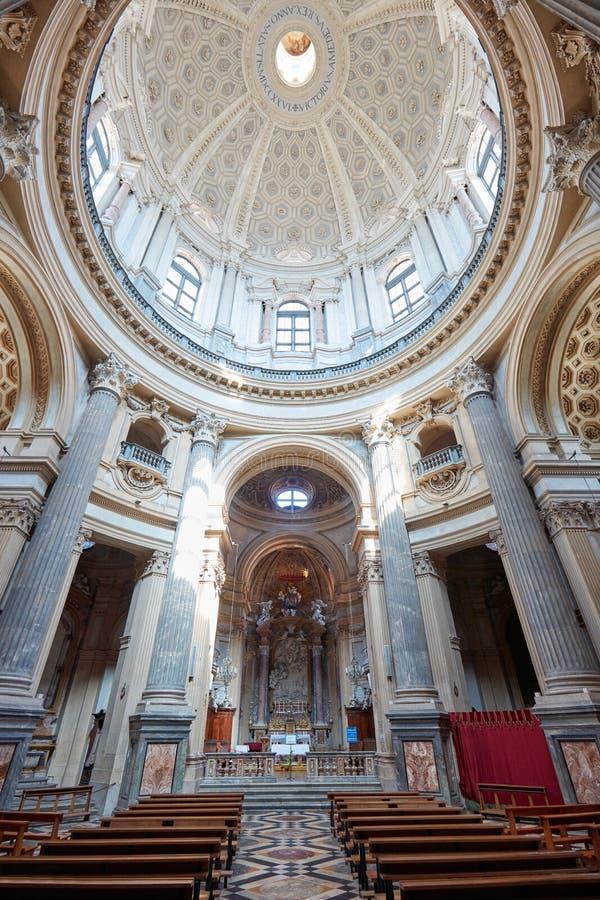Interior de la basílica de Superga con la bóveda y columnas en un día soleado en Italia imágenes de archivo libres de regalías