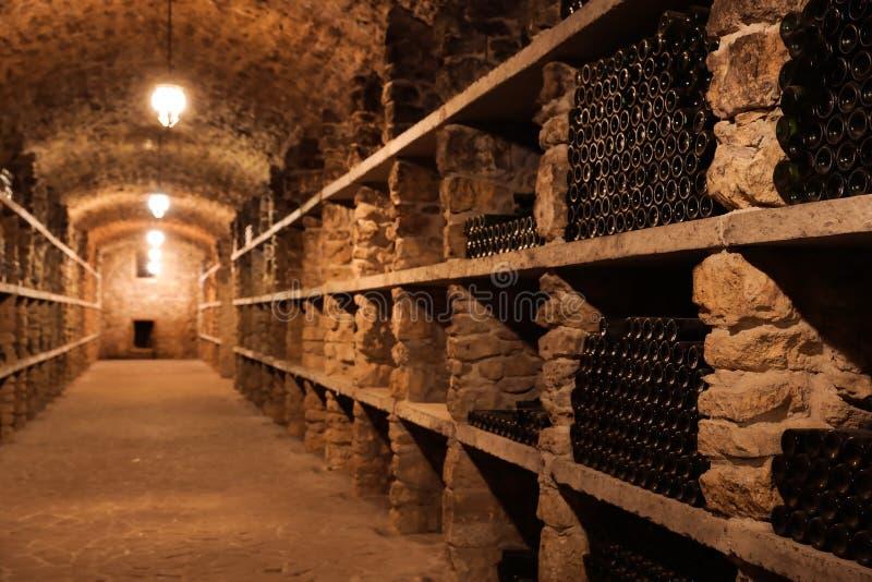 Interior de la bodega con muchas botellas imagenes de archivo