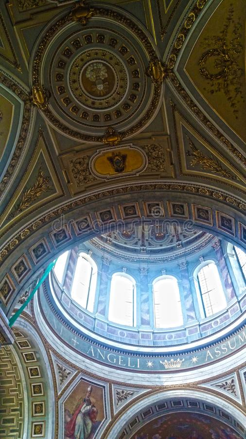Interior de la cúpula de la basílica de Esztergom, Hungría fotos de archivo libres de regalías