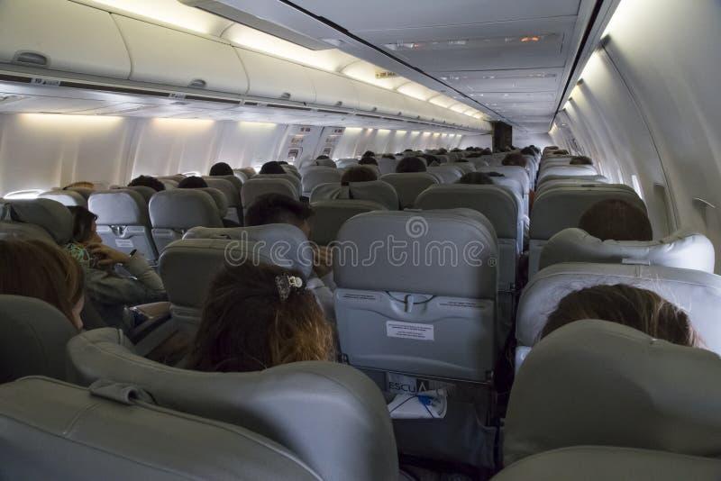 Interior de la cabina del aeroplano de la clase de economía imagen de archivo