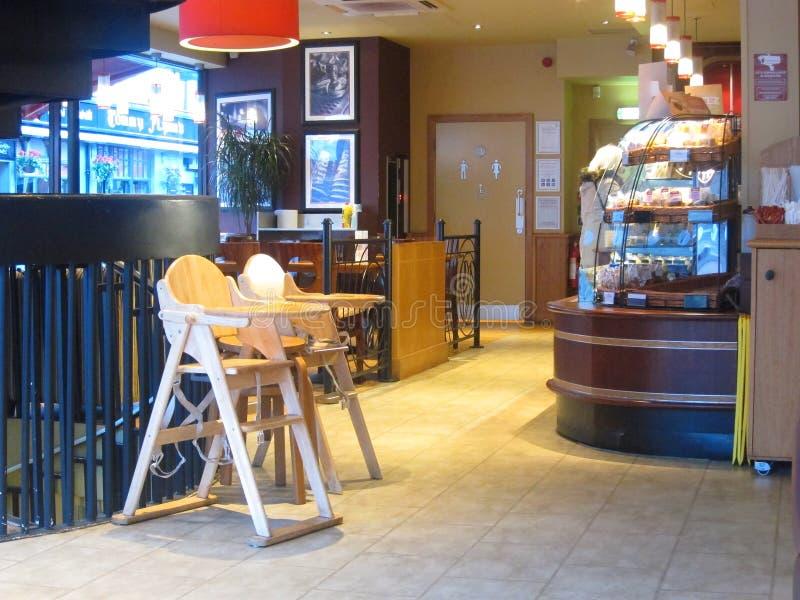 Interior de la cafetería con las sillas del bebé. foto de archivo libre de regalías