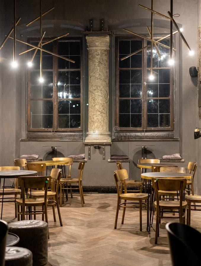 Interior de la cafetería en la calle de Szeroka en Kazimierz, el cuarto judío histórico de Kraków, Polonia fotografía de archivo