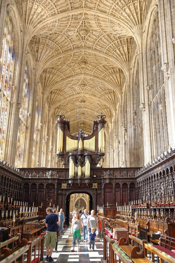 Interior de la capilla del Kings College, Cambridge El visitar de los turistas foto de archivo
