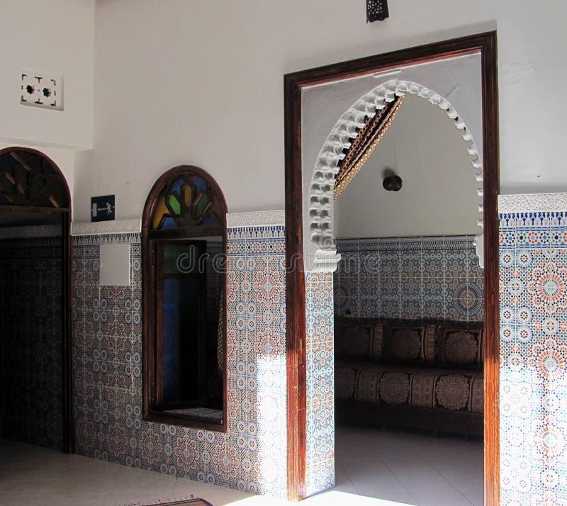 Interior de la casa adornado con las tejas de mosaico en Rabat viejo, Marruecos fotos de archivo libres de regalías