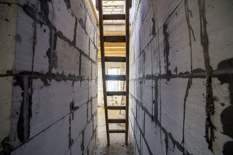 Interior de la casa bajo la construcción y renovación Opinión de perspectiva de la escalera de madera, escalera futura en paso la imágenes de archivo libres de regalías