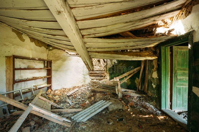 Interior de la casa de campo abandonada arruinada con el tejado excavado, zona de la evacuación después del desastre de Chernóbil imagen de archivo