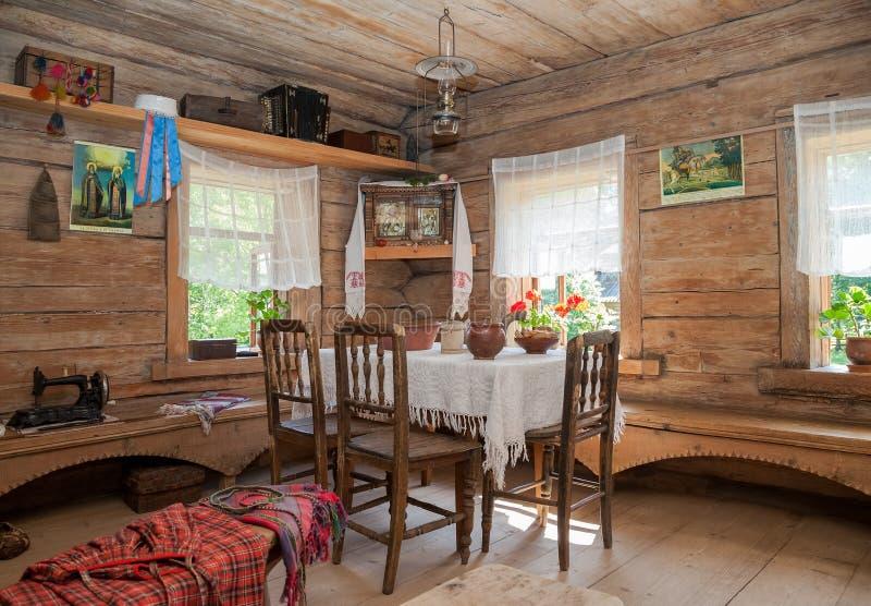 Interior de la casa de madera rural vieja fotos de archivo libres de regalías