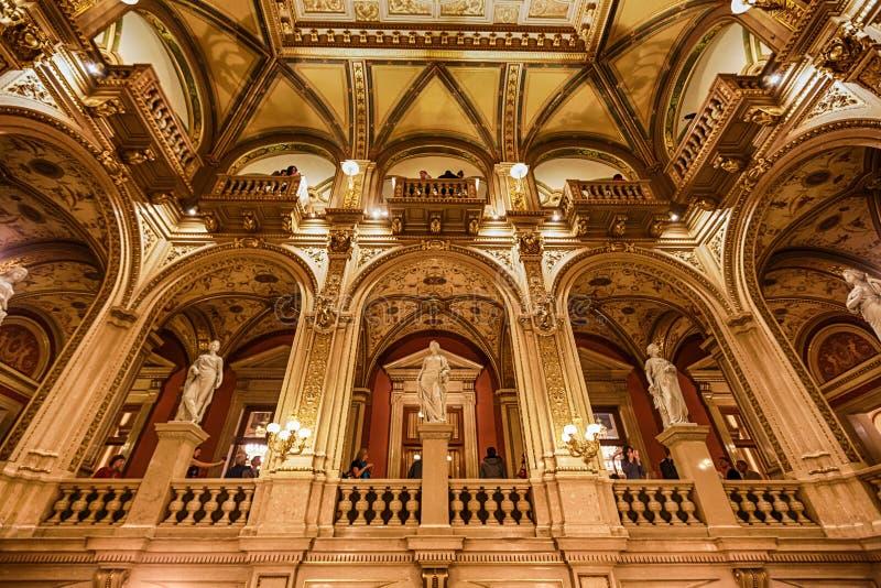 Interior de la casa del estado de la ópera, Viena imagenes de archivo