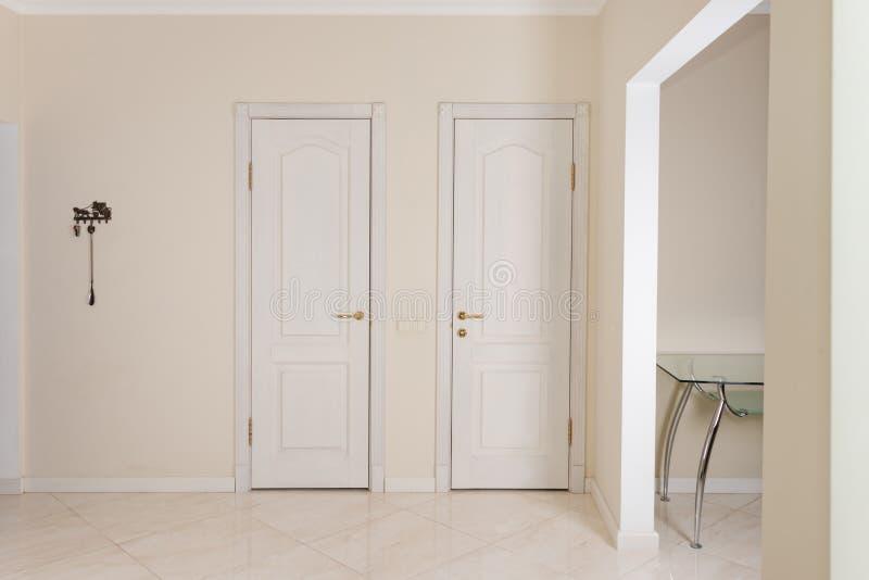 Interior de la casa encante el vest bulo con las puertas - Casas con puertas blancas ...