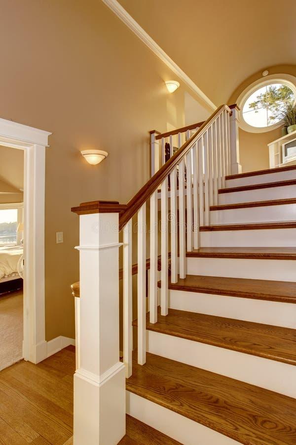 Interior de la casa vest bulo con la escalera de madera y - Verjas de madera ...