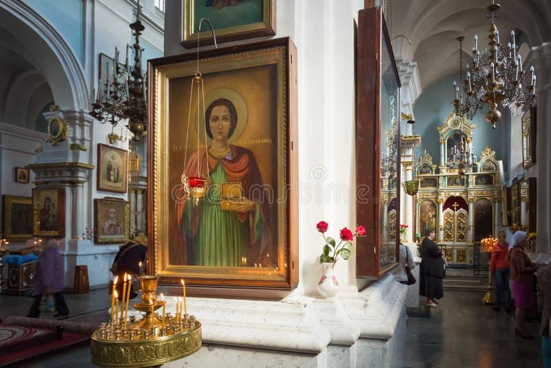 Interior de la catedral del Espíritu Santo en Minsk - imágenes de archivo libres de regalías