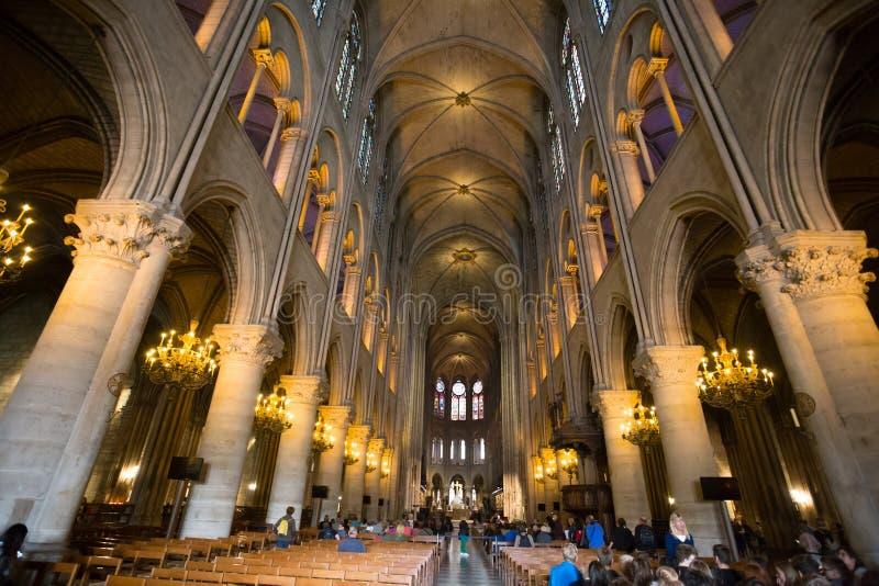 Interior de la catedral de Notre Dame de Paris, París, Francia imagen de archivo