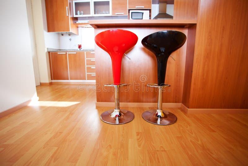 Interior de la cocina con las sillas de la barra foto de archivo