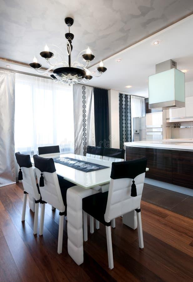 Interior de la cocina del diseño moderno en blanco y negro foto de archivo libre de regalías