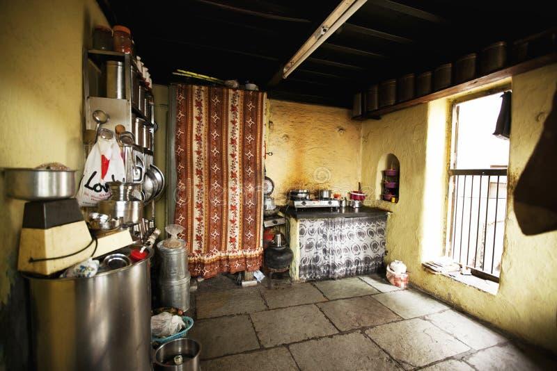 Interior de la cocina en el edificio viejo en Wadas de Pune, la India fotografía de archivo