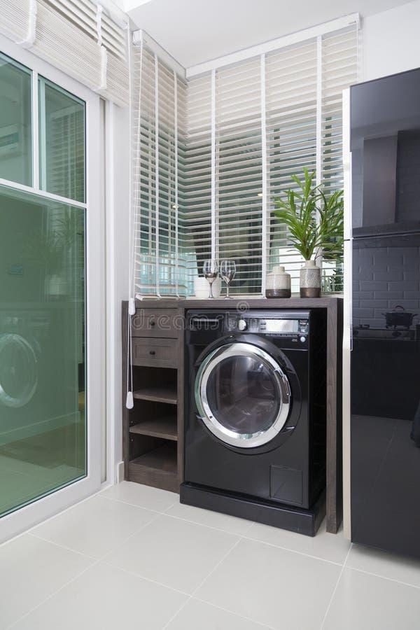 Interior de la cocina moderna con la lavadora foto de archivo