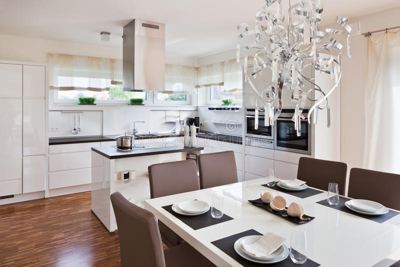 Interior de la cocina moderna de la casa imagen de archivo for Interior cocinas modernas