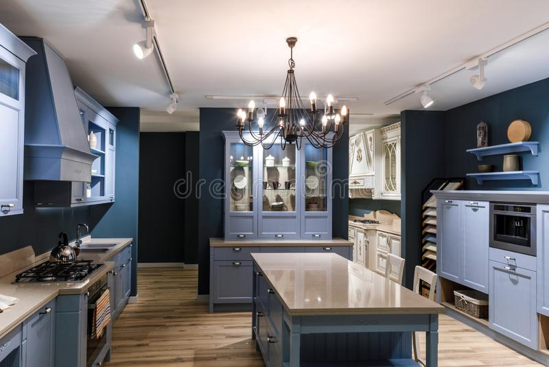 Interior de la cocina moderna en tonos azules imagen de archivo libre de regalías