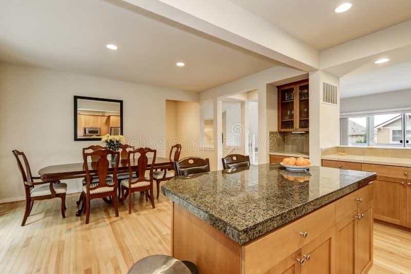 Interior de la cocina y del comedor con el suelo de parqu - La cocina del 9 ...