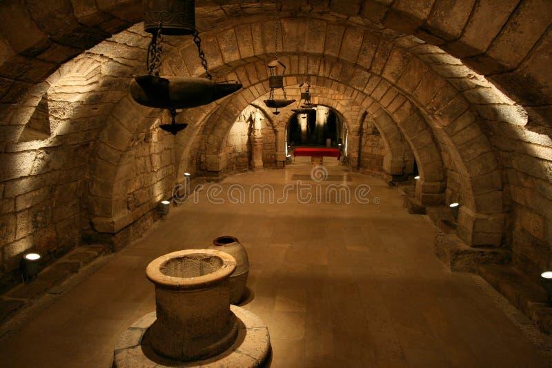 Interior de la cripta imagenes de archivo