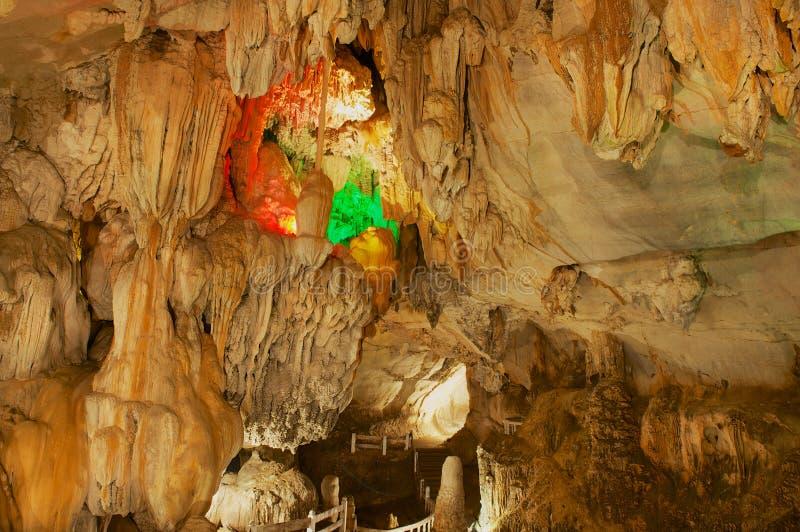 Interior de la cueva hermosa de Tham Jang en Vang Vieng, Laos fotos de archivo libres de regalías
