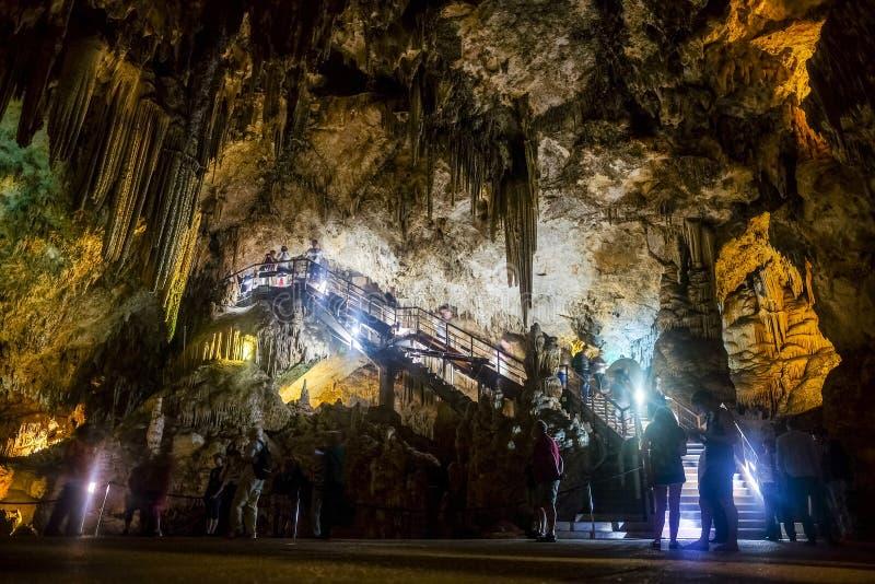 Interior de la cueva natural en Andalucía, España -- Dentro del Cuevas de Nerja imágenes de archivo libres de regalías