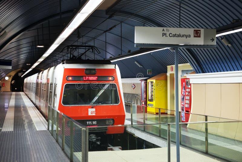 Interior de la estación de metro Avinguda Tibidabo en Barcelona imagenes de archivo